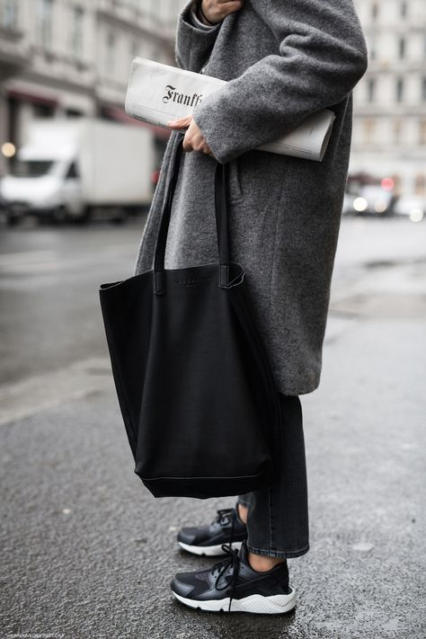 A roomy tote bag could be your life saver on a hectic day. In this case my new Liebeskind Viki tote ticks all the right boxes: smooth leather, slouchy shape