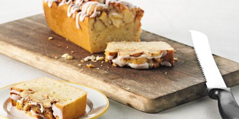 Cake van beslag met bakmeel, boter, suiker, eieren en melk gevuld met stukjes appel, kandij en kaneelpoeder. Afgemaakt met een laagje glazuur.