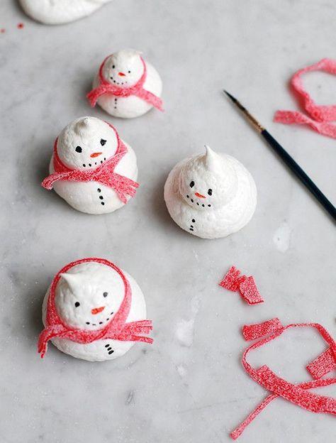 Baiser-Schneemänner mit Schals aus roter Lakritze | meringue snowmen