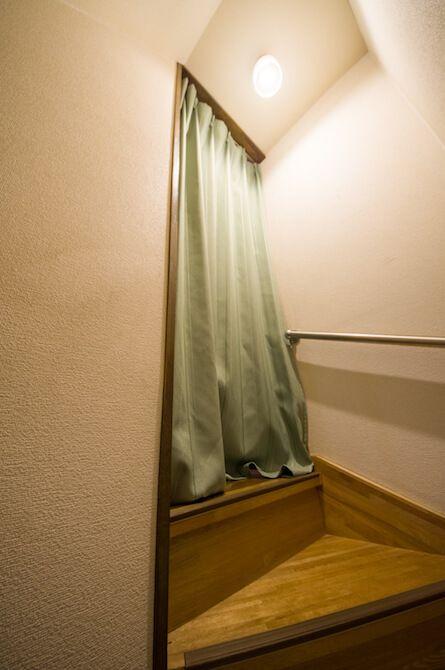 リビング階段が寒すぎるのでロールスクリーンとカーテンを取り付けて
