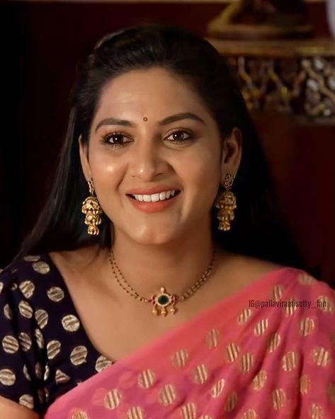 Indian Jewelry Earrings, Jewelry Design Earrings, Beaded Jewelry Designs, Indian Wedding Jewelry, Gold Earrings Designs, Gold Bangles Design, Gold Jewellery Design, Gold Mangalsutra Designs, Gold Jewelry Simple