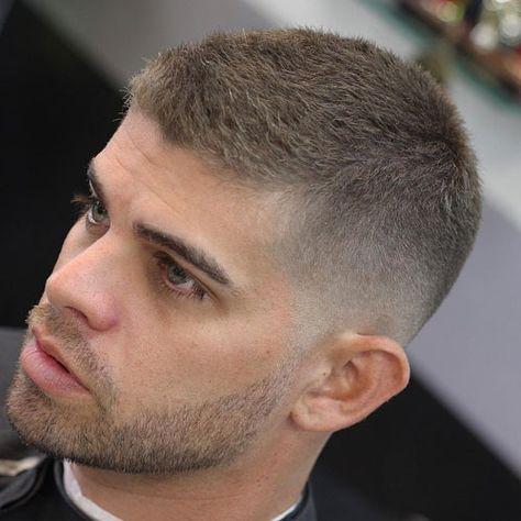 La Coupe Haute Et Serree Des Hommes Est Pratique Elegante Et Facile A Obtenir Inspire Des St Coiffure Homme Cheveux Court Cheveux Courts Homme Coiffure Homme