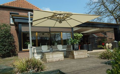 Buy the latest Laterna Cantilever parasol available in the fade-resistant cloth colors in the Solero product range. This luxurious cantilever parasol offer the best ease of use. Our parasols are delivered with a label that guarantees a color guarantee for 4 years. Order this parasol online via the website.#
