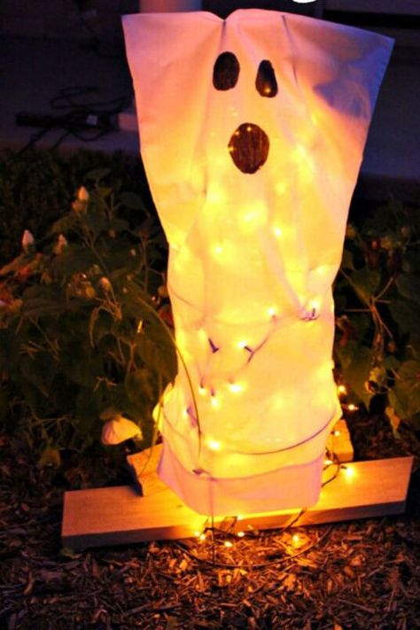 Tomato Cage Ghosts: This craft is an easy, cheap, and super cool addition to your front yard.Click through for more spooky and easy DIY projects for Halloween decorations.