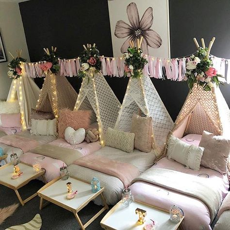Very cool setup for a kids sleepover party. Credit to… Very cool setup for a kids sleepover party. Credit to… Birthday Sleepover Ideas, Sleepover Room, Slumber Party Games, Birthday Party For Teens, Girls Slumber Parties, Cool Sleepover Ideas, Sleepover Activities, Pyjama Party Fille, Pyjamas Party