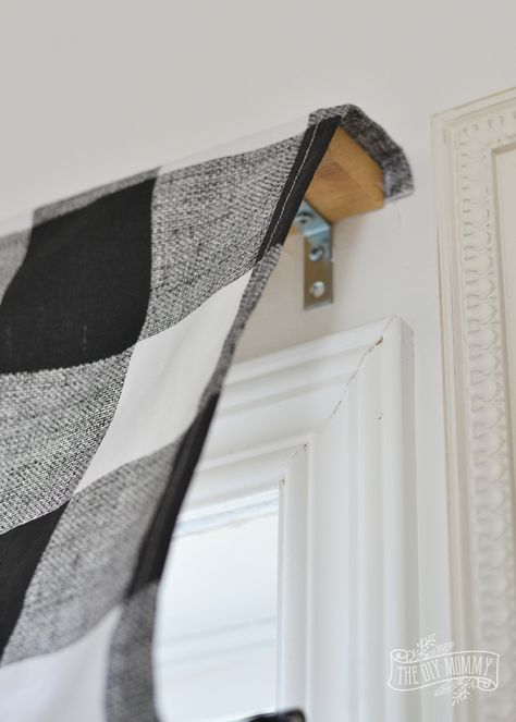 diy curtains Learn how to make a stylish and tailored looking DIY roman shade with this simple sewing tutorial - including step by step instructions. Diy Deco Rangement, Diy Roman Shades, Diy Window Shades, Roman Shades Kitchen, Roman Shade Ideas, Rustic Roman Shades, Farmhouse Roman Shades, Diy Curtains, Window Curtains