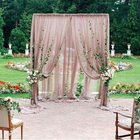 Para la ceremonia que tal esta decoración de jardines para bodas en blush con toques florales.   How about this blush decor for your garden wedding?