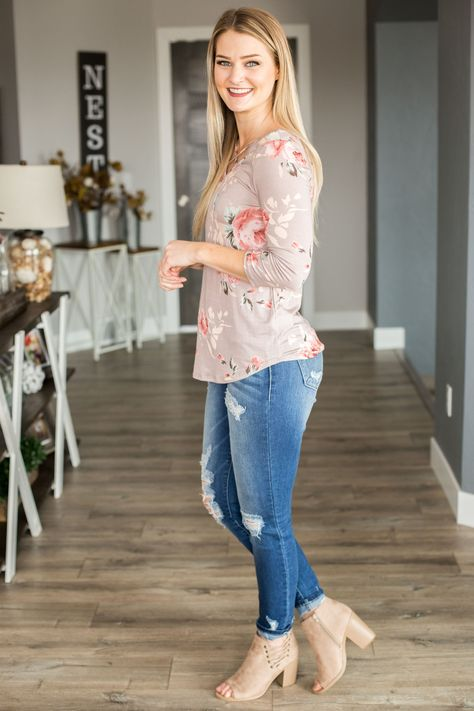 Fitted and stretchy sleeve floral printed tee with criss cross front and back. Runs true to size. Model is and wearing size small.