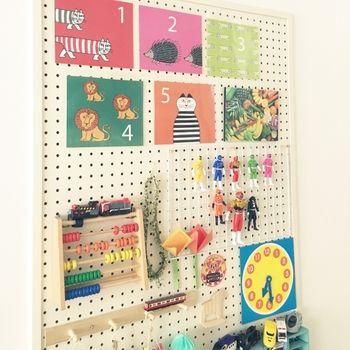 子供部屋は細々したおもちゃで散らかりがち そんな時にも有孔ボード ペグボード が大活躍します それぞれのおもちゃの位置を決めておけば お片付けが楽しくなりそうですね 収納 アイデア ペグボード おもちゃ 整理