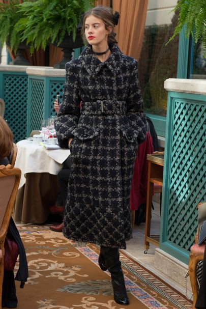 The complete Chanel Pre-Fall 2017 fashion show now on Vogue Runway.