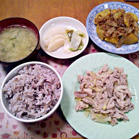 おばぁちゃんお手製のお漬け物は味がよくしゅんでて美味しい~ - 3件のもぐもぐ - 1月15日 豚の塩ダレしょうがにんにく さつまいもとごぼうの甘辛煮 お漬け物 お味噌汁 by sakuraimoko