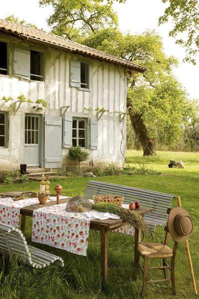 L'été, à l'ombre des grands chênes,  une  table de métayer accueille de belles tablées. Chemin de table fleuri, Linvosges, cloche à fromage,...