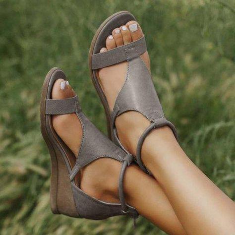DIE NEUE KOLLEKTION 2020 Die Schuhgrößen entsprechen den EU-Standardschuhgrößen für Frauen. Das innovative Design unserer IVONNE Ledersandalen bietet maximalen Komfort. Dank der massgeschneiderten Passform passen die Schuhe perfekt und sind daher äusserst bequem. Die weiche Sohle und die stabile Sohle machen das Tragen