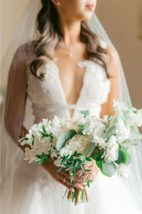 From the editorial Find Out Why This Villa Is Forever Our Favorite Amalfi Coast Wedding Venue. If you love this bride's bouquet, just wait until you see the floral installation at the reception!!! Photography: @bottega53 #bridebouquet #classicbouquet #classicbride #destinationbride #whitebouquet