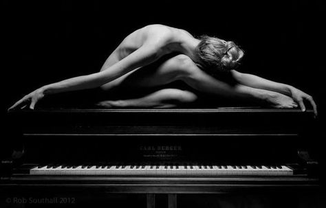 """""""Vorrei suonare il pianoforte su di lei..""""  Umberto Tozzi  """"A cosa servono le mani"""" (1980)"""