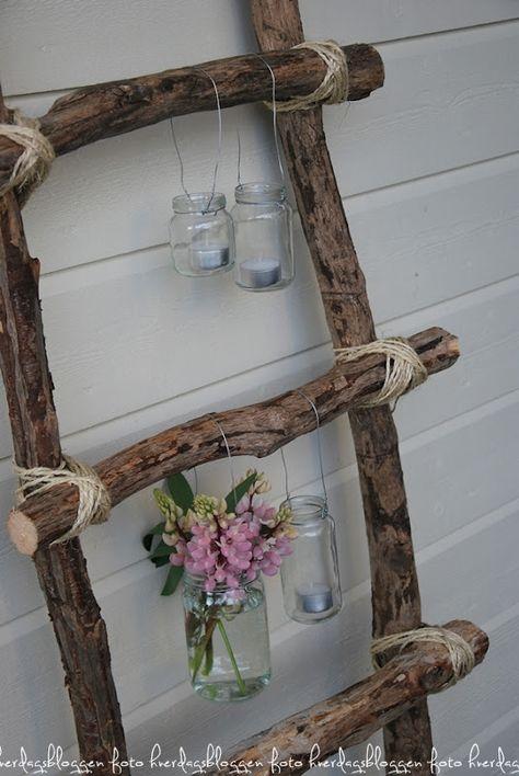 DIY Leiter als Wanddeko. Als Ergänzung kannst du auch Teelichtgläser daran aufhängen