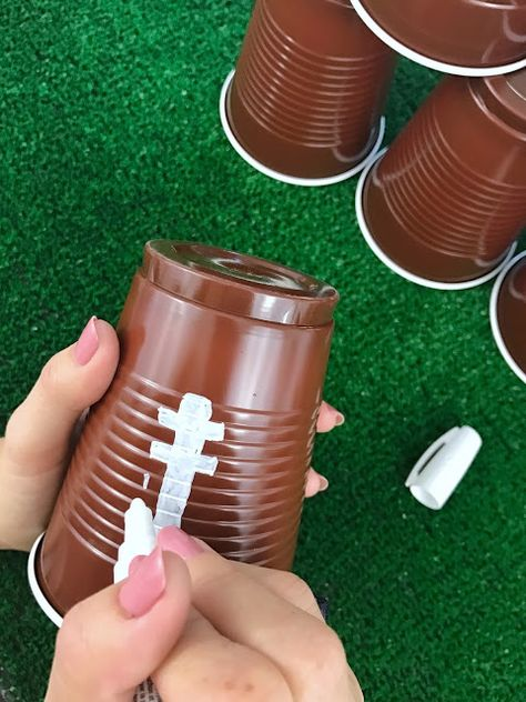 Football Party Decor Ideas - Just in Time for Super Bowl Sunday DIY football cups and lots of other easy, last-minute football party decor ideas for your Super Bowl, game day, or football-themed birthday party. Click or visit for all the ideas, purchase l Football Banquet, Football Snacks, Games Football, Football Humor, Kids Football Parties, Kids Sports Party, Nfl Party, Game Party, Party Snacks