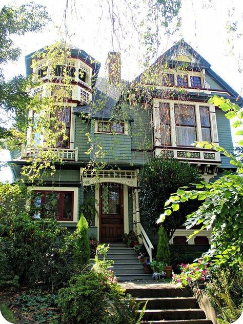Beautiful Green Queen Anne Victorian-- looks like the house I grew up in Exterior Colors, Exterior Paint, Beautiful Buildings, Beautiful Homes, This Old House, Green Queen, Victorian Style Homes, Modern Victorian, Victorian Architecture