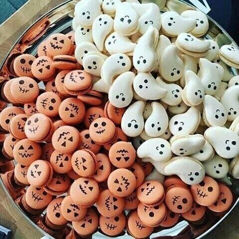 How adorable are these Halloween macarons ! Halloween Desserts, Postres Halloween, Halloween Food For Party, Halloween Cookies, Halloween Treats, Happy Halloween, Halloween Macaroons, Creepy Halloween Food, Macarons