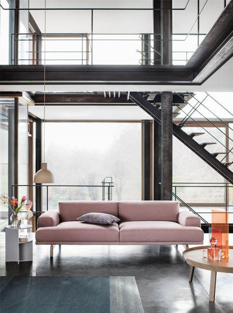 Nieuwe Design Bank.Roze Design Bank Met Houten Salontafel En Hanglamp Van Rubber