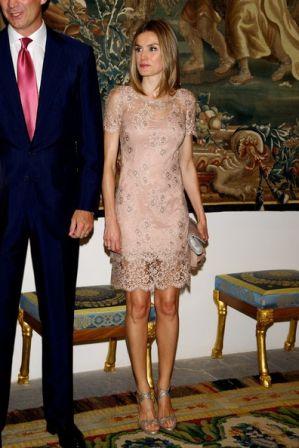 Vestido Rosa Palo Con Complementos Gris Metalizado