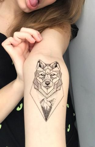 Geometric Wolf Wrist Tattoo Ideas For Women Cool Unique Fox Animal Forearm Tat Ideas Geometricas Del Tatua Tattoos For Women Cool Tattoos For Girls Tattoos