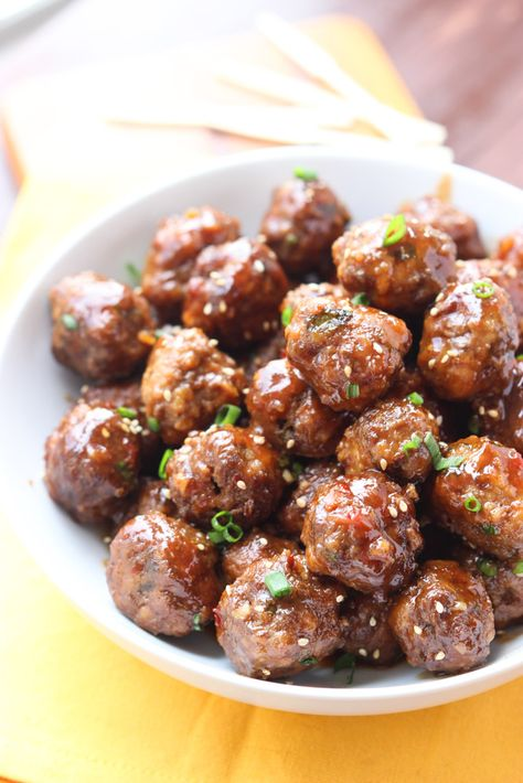 Crockpot cocktail meatballs that are a perfect blend of sweet and savory. Perfect for holiday entertainment with easy prep and hardly any clean up. | littlebroken.com @littlebroken #thanksgiving #meatballs