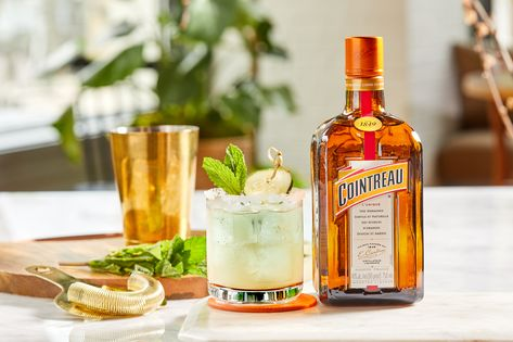 Happy hour is a breeze thanks to these Cucumber-Mint Margaritas. Click for this recipe, plus 23 other must-try drinks and snacks! 🙌 Sponsored by Cointreau