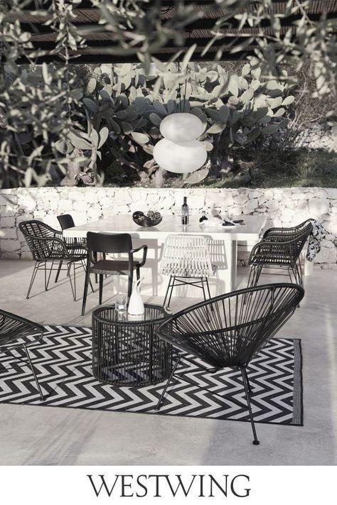 Chi l'ha detto che i look estivi devono essere necessariamente colorati? In questo giardino la palette in bianco e nero definisce l'area lounge trasmettendole un tocco moderno. L'accogliente poltroncina abbinata al tavolino crea un perfetto angolo relax, mentre l'ampio tavolo è ideale per ospitare le cene estive con gli amici. // Idee Casa Giardino Outdoor Balcone #MyWestwingStyle #outdoor #giardino #terrazza #balcone