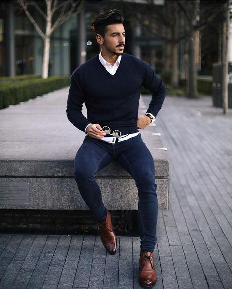 Bota Masculina. Macho Moda - Blog de Moda Masculina: Como Usar BOTA MASCULINA no Visual mais Alinhado? Como Usar Bota Masculina? Suéter Azul Marinho, Camisa Branca, Calça Jeans, Chukka Boot Marrom