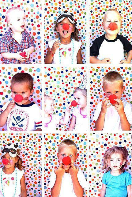 Maak een verjaardagsposter met foto's van de kinderen met clownsneus op. Kies een kleurrijke achtergrond, zoals een stuk vrolijk stof.