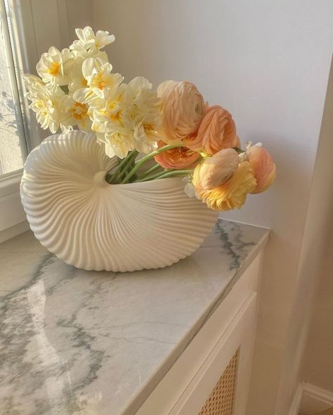 "stargirl on Twitter: ""… "" My Flower, Beautiful Flowers, Fresh Flowers, Lightroom Gratis, Keramik Vase, Boho Home, No Rain, Aesthetic Room Decor, Flower Aesthetic"