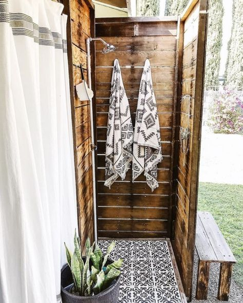 Do you have a vision for an outdoor shower? Employ this definitive DIY guide to build an outdoor shower & create a dreamy backyard escape! Outdoor Pool Shower, Outdoor Shower Enclosure, Outdoor Sauna, Outdoor Baths, Outdoor Bathrooms, Outdoor Kitchens, Outdoor Spaces, Outdoor Living, Outside Showers