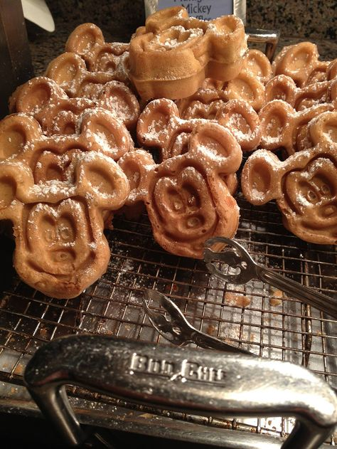 Mini Food Crawl: The Tastiest Treats at Mickey's Very Merry Christmas Party Disney Desserts, Disney Snacks, Disney Recipes, Comida Disneyland, Walt Disney, Disney Theme, Disney Magic, Disney World Food, Disney Dining