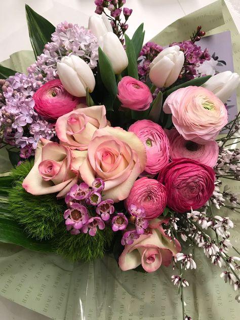 Mazzo Di Fiori Immagini.Bellissimo Mazzo Di Fiori Composto Da Ranuncoli Tulipani Rose