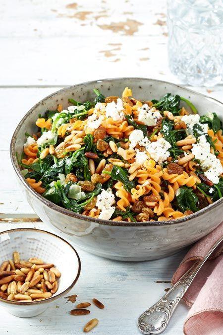 Pasta aus roten Linsen haben nicht nur ein besonders nussiges Aroma, sondern zeichnen sich durch ihren hohen Eiweißgehalt aus. Dazu noch ordentlich Power-Proteine vom Spinat, Würze vom Feta und Crunch von Pinienkernen. Genial! #linsennudeln #spinat #feta #pinienkerne #pastarezepte #pasta #pastalove #nudelgerichte #nudeln #rezepte #rezeptideen #schnellerezepte #einfachegerichte #veggie #veggiepasta #vegetarischerezepte