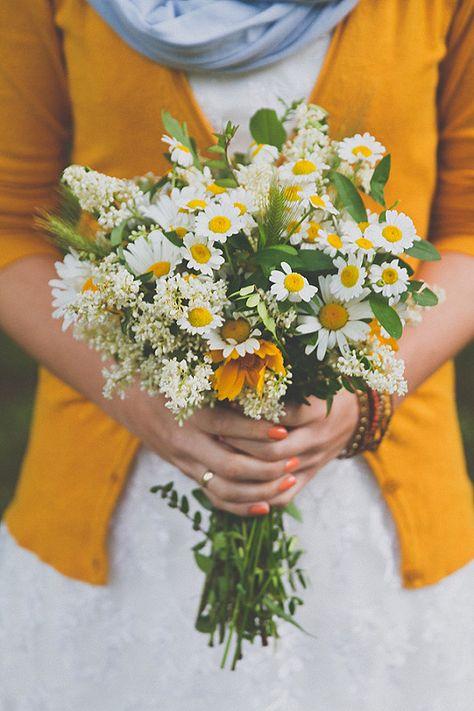 Магазин, ромашки букет полевых цветов в руками