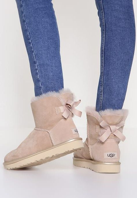 5a24a7d3929 Chaussures UGG MINI BAILEY BOW II METALLIC - Bottines - driftwood beige:  199,95 € chez Zalando (au 28/11/17). Livraison et retours gratuits et  service ...