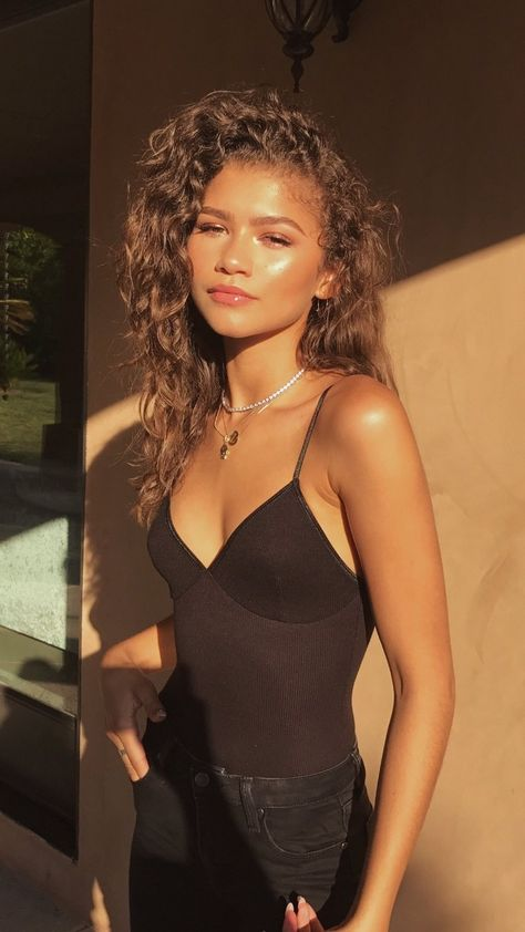 zendaya and tom holland wallpapers . wallpapers with zendaya . Mode Zendaya, Estilo Zendaya, Zendaya Outfits, Zendaya Style, Zendaya Makeup, Zendaya Hair, Zendaya Clothes, Zendaya Fashion, Fashion Clothes