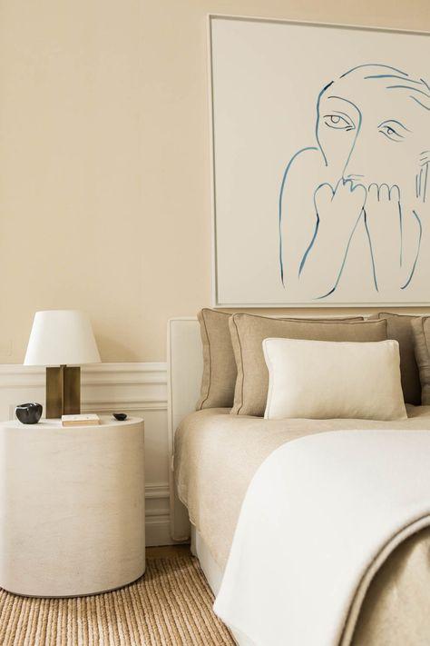 The Socialite Family | Chambre à coucher chez Emmanuel de Bayser #thesocialitefamily #lifestylemagazine #interiordesign #hometour #homedecor #parisianapartment #paris #artpieces #artyinterior #designinspo #chambre #bedroom #bedroominspo #bedside #natural #painting