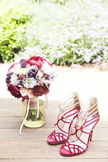Ramo y zapatos rojos de novia de Jimmy Choo (Telva)