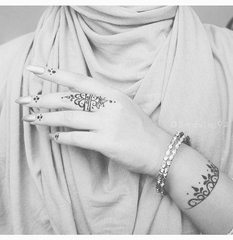 خلها في صفحتي ذكرى كما هي نقشة الحنا تجملها كفوفه ما الوم القلب لو فيها يباهي من عجز حرفي Henna Designs Hand Henna Patterns Mehndi Designs