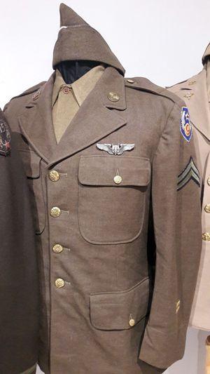Uniforme de cabo perteneciente a la 9ª Fuerza Aerea USAAF, con alas de artillero y gorra tipo garrison.
