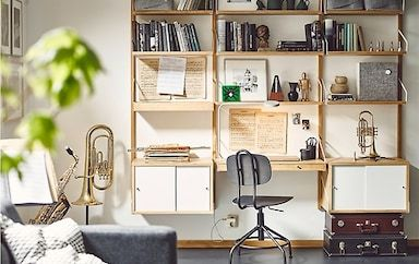 Instruments De Musique Musique Et Livres Ranges Sur Un Rangement Mural Avec Module Bureau Et Armoires Bureau Mural Decoration Maison Rangement Mural