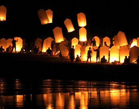 Wish lanterns: Like mini hot air balloons, light them and they float up and away in seconds. Biodegradable and flame retardant, available in wedding packs of 100 in varying sizes. #decor #favors