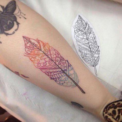 Los tatuajes de plumas simbolizan libertad. Además están relacionados con las ideas y con la capacidad de comunicar nuestros pensamientos.