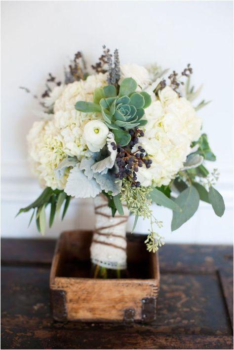 hydrangea + succulents fall bouquet http://weddingwonderland.it/2015/11/fiori-per-un-matrimonio-autunnale.html