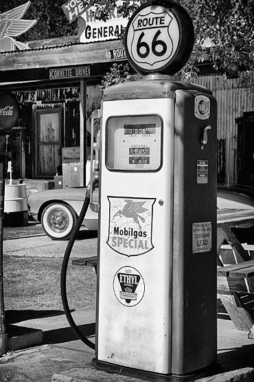 frenchcurious Station service - route 66 Arizona - source Another Vintage Point. Old Gas Pumps, Vintage Gas Pumps, Vintage Dior, Vintage Cars, Route 66 Arizona, Arizona Usa, Drive In, Black And White Photo Wall, Black And White Photography