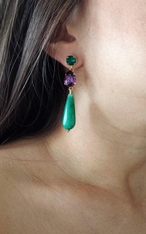99185b6516ee Pendientes de estilo otomano con lágrimas de jade tintado en azul turquesa  y piezas de latón bañado en oro.
