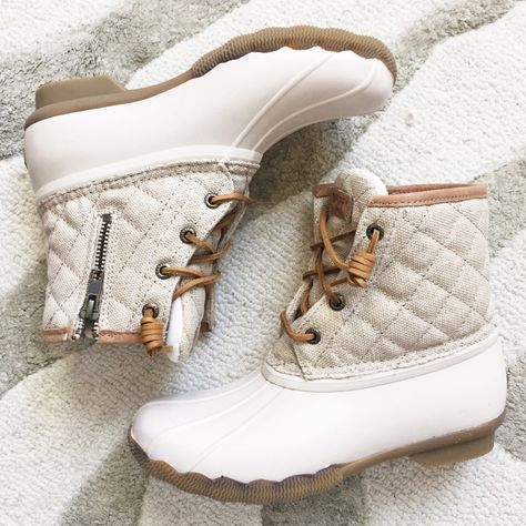 the cutest duck boots Duck Boots Outfit, Look Casual, Casual Chic, Smart Casual, Sperry Duck Boots, Ugg Duck Boots, Sperry Saltwater Duck Boots, Fashion Shoes, Outfits